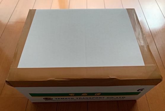 カメラを入れて封をしたダンボール箱の画像